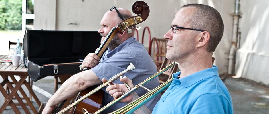 Christian Ribbe (mal ungewohnt ernst) und Gerald Gatawis von der Leitung der Städtischen Musikschule konzentrieren sich schon auf die umfangreiche Projektwoche. © Horst Martens, Stadt Herne.