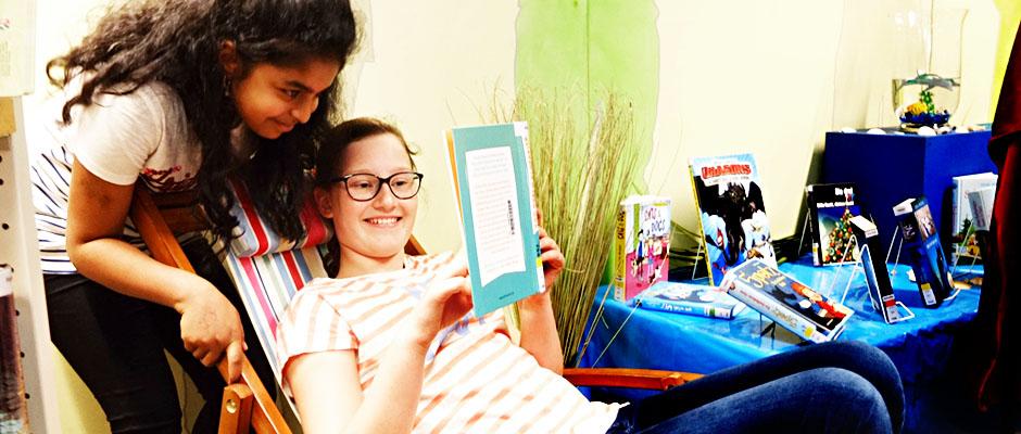 SommerLeseClub - Genuss beim Lesen. Ramila Ragesh und Luzia Becker. © Michael Paternoga, Stadt Herne.