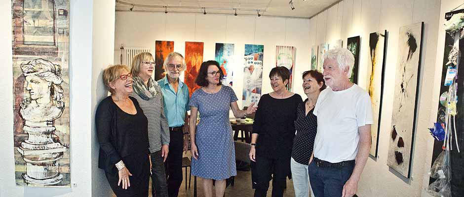 Die Künstler sind glücklich mit der neuen Galerie: Annette Ihme-Krippner, Doris und Heiner Krämer, Annegret Schrader, Edelgard Sprengel, Eva Stotz und Wilhelm Tinnemann. ©Horst Martens, Stadt Herne.