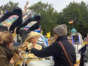 Sie strahlt selbst wie der Sonnenschein – das Double von Queen Elizabeth II. beim Fototermin für die Werbekampagne zur 582. Cranger Kirmes. Foto: © Stadtmarketing Herne GmbH