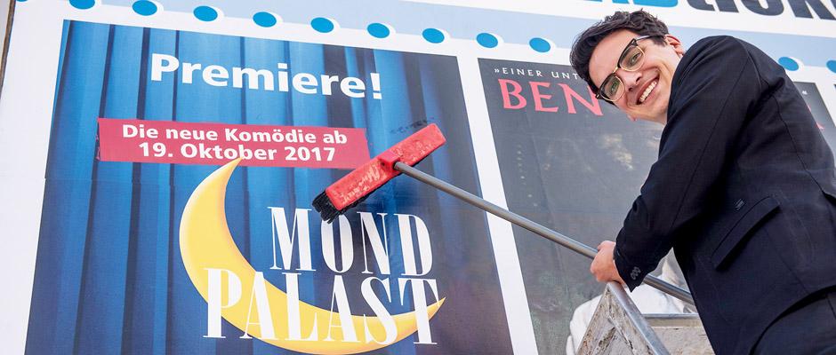 Marvin Boettcher klebt Plakate für die Premiere. © Arne Pöhnert - Mondpalast