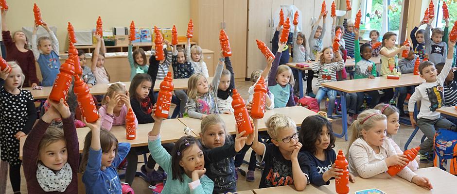 Wasser für die Schildkröten und Eisbären: Wie hier die Klassen 1a und 1b der Grundschule am Eickeler  Park haben alle Herner Erstklässler Trinkflaschen von den Stadtwerken bekommen.