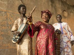 Trio da Kali aus Mali sorgt für Schwung auf der Fairen Woche.