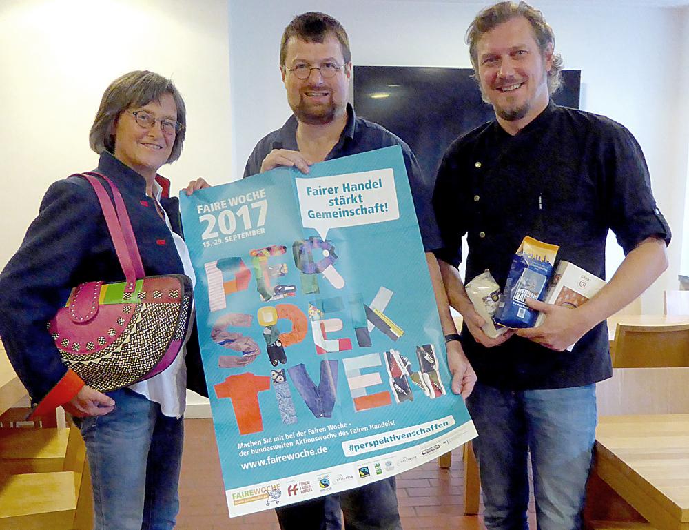 Christa Winger (Weltladen Esperanza), Markus Heißler (Eine Welt Zentrum) und Marc Nabereit (Leiter Betriebsrestaurant Stadtwerke Herne) (v.l.n.r.) freuen sich auf die Faire Woche.