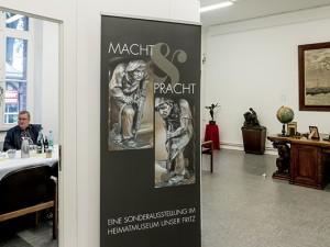 """Die """"Macht-und-Pracht""""-Ecke im Heimatmuseum mit dem kolossalen Schreibtisch als Mittelpunkt. © Frank Dieper, Stadt Herne."""