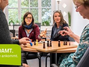 Spiel mit Figuren: Carina Karmolinski, Anja Naujoks und Annerose Rieger-Hagen. © Thomas Schmidt, Stadt Herne
