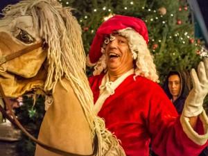 Der gallopierende Weihnachtsmann reitet auch durch die Bahnhofstraße. © Isabel Diekmann, Stadtmarketing Herne.
