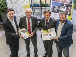 Tobias Clermont, Dr. Jürgen Bock, Dr. Frank Dudda und Karlheinz Friedrichs mit dem Konzept für Innovation City Herne. © Thomas Schmidt, Stadt Herne