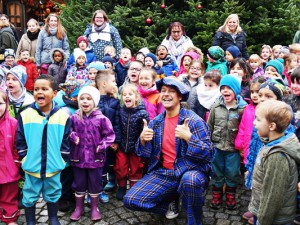 Kinder von zehn Kitas schmücken den Weihnachtsbaum. © Stadtmarketing Herne GmbH
