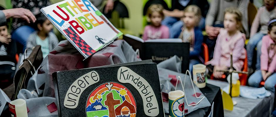 Bunt und originell - di Kinderbibeln in der Stadtbibliothek. ©Frank Dieper, Stadt Herne.