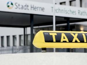 Das erste Hybridtaxi in Herne ©Thomas Schmidt, Stadt Herne