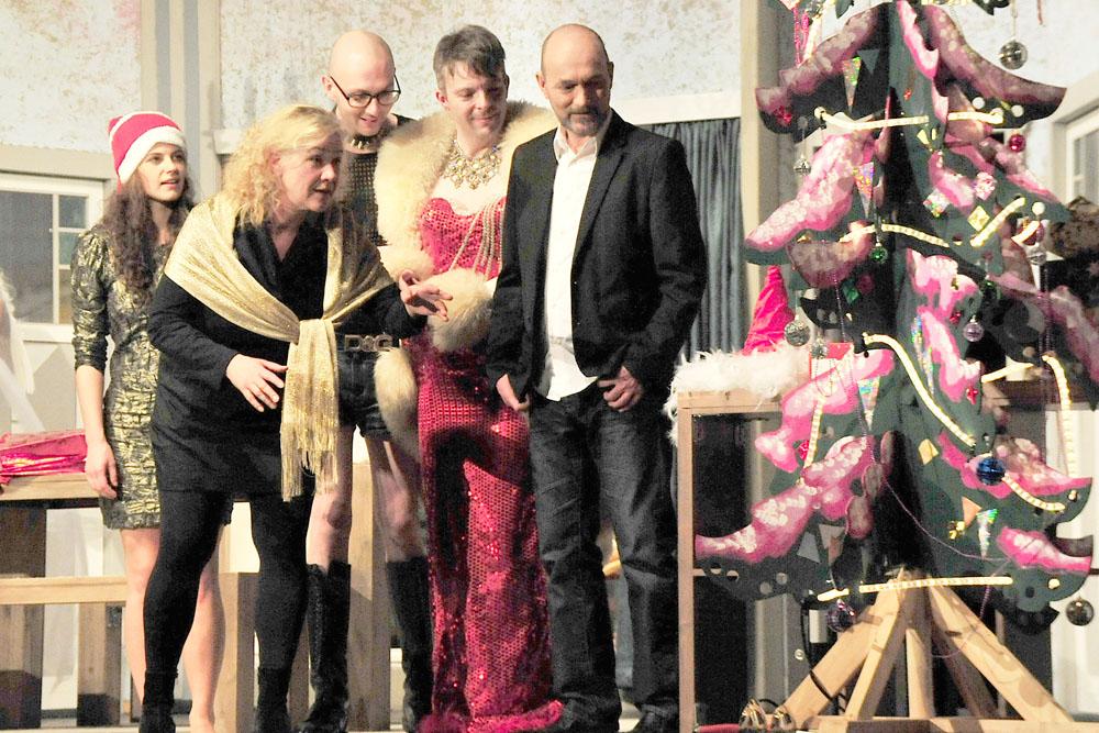 """""""Frohet Fest"""" wünscht das Mondpalast-Ensemble auf der Bühne."""