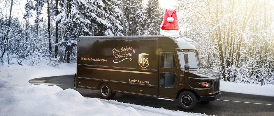 Elektrofahrzeug des UPS-Postwagens in winterlicher Landschaft.