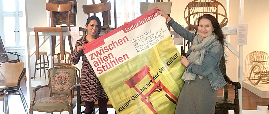 Ximena Leon und Andrea Prislan zwischen allen Stühlen ©Nina-Maria Haupt, Stadt Herne