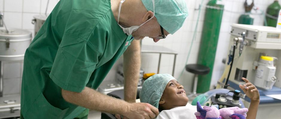 Dr. Frank Möller mit kleiner Patientin: Die Freude über das Kuscheltier vertreibt die Angst vor der OP.