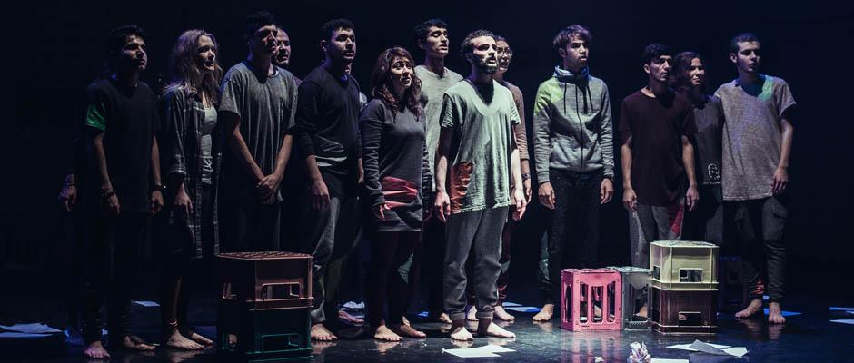 """Die """"Familie Rangarang"""" spielt Beeing Peer Gyt. Foto: Carsten Schecker."""