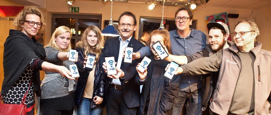 Freies W-LAN im Pluto: Annette Frenzke-Kulbach, Fiona, Sophie, Ulrich Klonki, Nadine Grischel (verdeckt), Markus Knapp und Dieter Schaaf. ©Horst Martens, Stadt Herne.