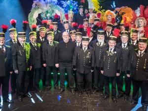 """Prinzipal Christan Stratmann (vorne) und das Ensemble von """"Femme Fatale"""" (hinten) mit den Sängern des Bergbauchors der Ruhrkohle AG (RAG). Foto: Arne Pöhnert/RevuePalast Ruhr."""