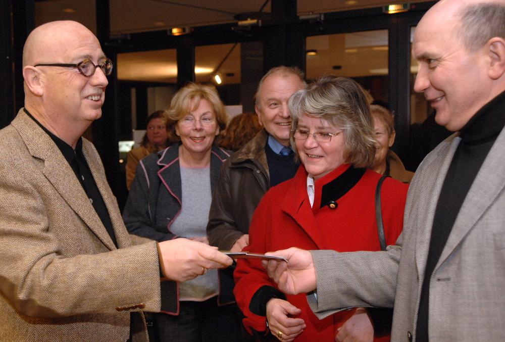 """02.03.07 Christian Stratmann begrüßt in seinem Theater """"Mondpalast"""" in Herne seine Gäste gerne persönlich Foto Tanja Pickartz / fotoagentur ruhr"""
