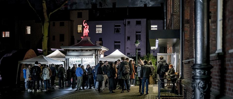 Eröffnungsszenerie vor dem Heimatmuseum: Am Kiosk werden Glühwein und Brezel serviert. ©Stadt Herne, Frank Dieper.