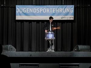 Sebastian Slabik  sorgte mit seinem Trommelwirbel für Stimmung im Volkshaus Röhlinghausen. ©Frank Dieper, Stadt Herne.