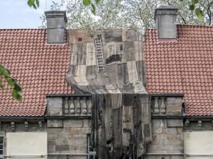 Die ersten Jutesäcke hängen am Schloss. ©Thomas Schmidt, Stadt Herne