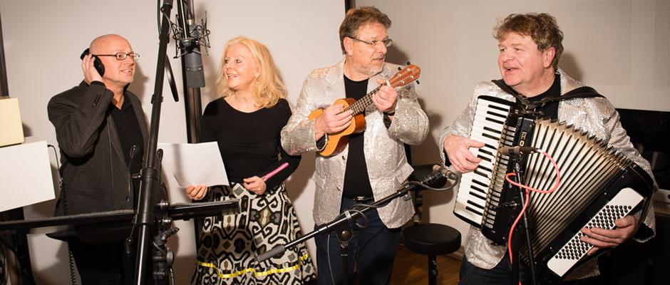 Wanne-Eickel am Kanal: Schmissiges Liedgut bringt die WATWEISSICH-Band an Bord. Im Bild (v.l.): Eckart Waage, Sibylle Raudies, Wolfgang Berke und Frank Grieger. Foto: Uwe Ernst