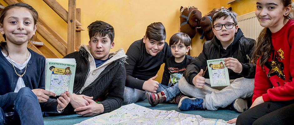 Cheyenne, Mustafa, Omar, Ivan, Joel und Silvana präsentieren den Kinderstadtplan. © Frank Dieper, Stadt Herne