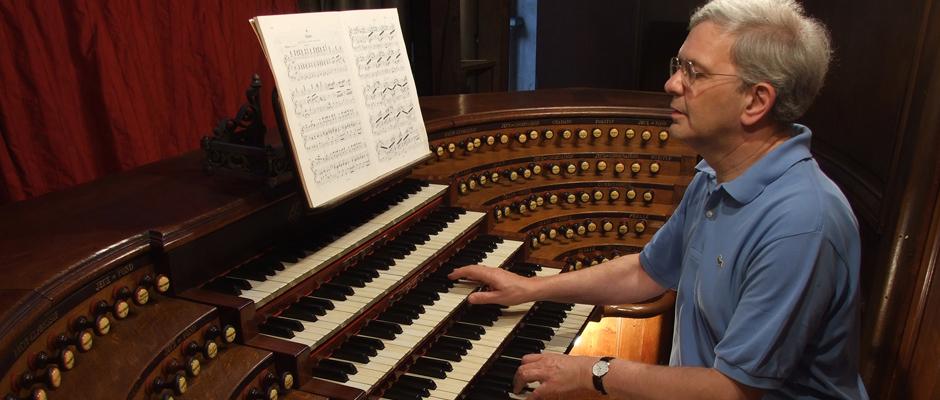 Berühmtes Instrument: Prof. Dr. Hans-Joachim Trappe an der der Cavaillé-Coll-Orgel der Kirche Saint-Sulpice in Paris.
