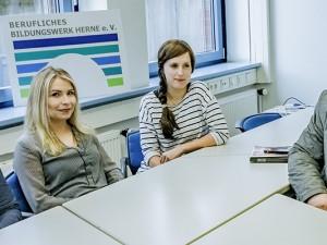 Die Studentinnen Felicia Przybyl, Miriam Heusing und Laura Illmer mit ihrem Dozenten Michael Bergmann. © Frank Dieper, Stadt Herne