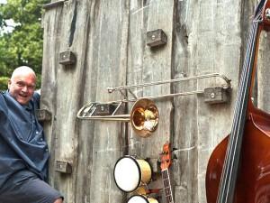 Musikschulleiter Christian Ribbe legt sich ins Zeug, um für die Projetkwoche zu werben. ©Horst Martens, Stadt Herne.