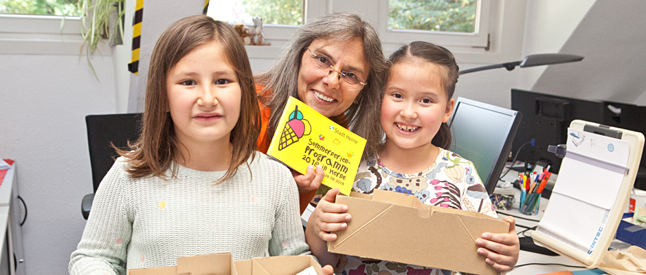 Chenoa Weyers, Sonja Hentzelt und Sonja Knoll mit den Kartons voller Kinderwünsche. © Horst Martens, Stadt Herne.