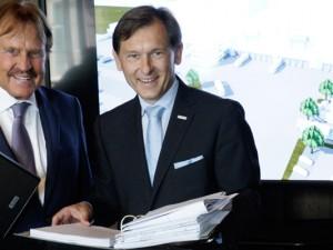 Horst Bartels übergab  Oberbürgermeister Dr. Frank Dudda persönlich den Bauantrag. ©Michael Paternoga/Stadt Herne