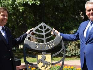 Auf dem Platz der Freundschaft in Belgorod wird das Herner Stadtwappen gezeigt. © Stadt Belgorod
