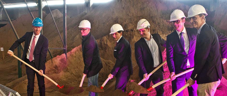 Sie schaufeln den feinen Sand um: Dr. Dirk Waider (Vorstand Gelsenwasser AG), Andreas Krause (Geschäftsführer bmrh), Dr. Frank Dudda (Oberbürgermeister Stadt Herne), Daniel Nienhaus (Geschäftsführer bmrh), Ulrich Koch (Vorstand Stadtwerke Herne AG), Henning Deters (Vorstand Gelsenwasser AG). ©Stadt Herne, Horst Martens