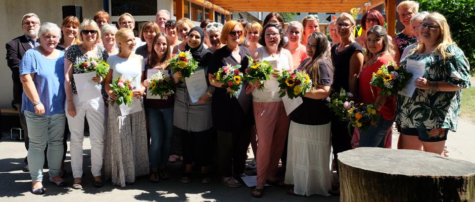 Die erfolgreichen Absolventinnen mit Bürgermeister Erich Leichner und Dezernentin Gudrun Thierhoff ©Nina-Maria Haupt, Stadt Herne