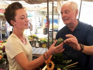 Marktmeisterin Nicole Hegeler im Gespräch mit einem Händler: Sie führt nach Bedarf Kindergruppen über den Wochenmarkt. ©Anja Gladisch, Stadt Herne