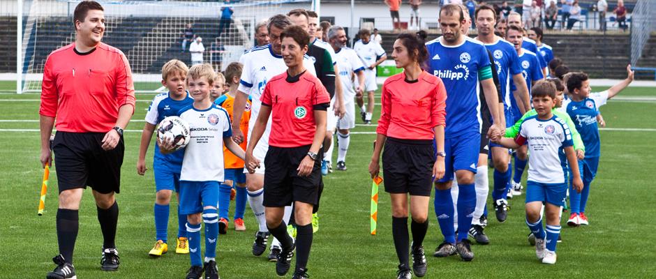 Angeführt vom Schiedsrichterteam kommen die Mannschaften ins Stadion. ©Horst Martens, Stadt Herne