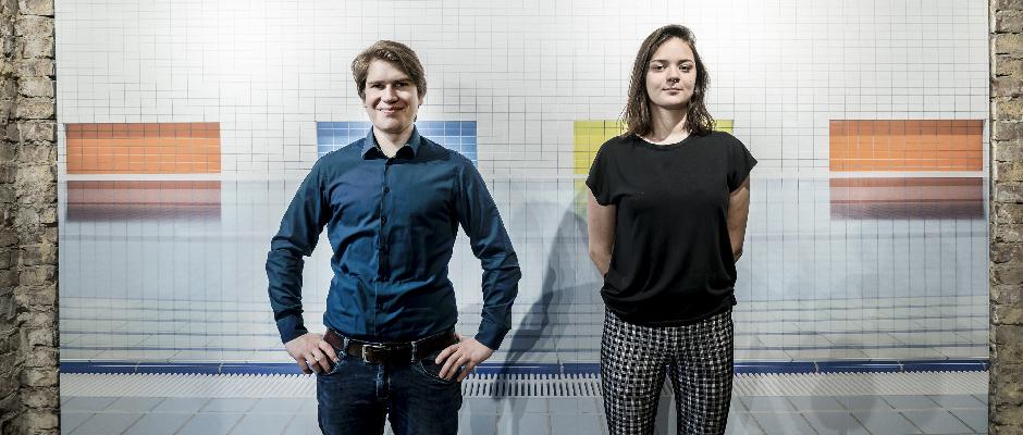 Zwei der Preisträger des studentischen Wettbewerbs, Christian Huhn und Leonie Scheufler vor einem Foto aus der Arbeit