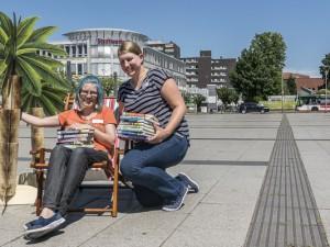 Nadine Henßen und Julia Walta freuen sich auf den diesjährigen SommerLeseClub. ©Thomas Schmidt, Stadt Herne