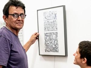 Daniel Pulido beim Hängen seiner Bilder im Herner Rathaus mit Sabrina Locuratolo vom Eine-Welt-Zentrum. ©Frank Dieper, Stadt Herne.