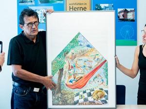 Daniel Pulido und Sabrina Locuratolo (Übersetzerin) präsentieren den Wandbild-Entwurf. ©Frank Dieper, Stadt Herne.