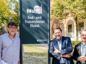 Philipp Stark (Büro des Oberbürgermeisters), Martin Kortmann (Bezirksbürgermeister) und Holger Wennrich (Geschäftsführer der Stadtmarketing Herne GmbH) präsentieren die Hinweisschilder. ©Stadtmarketing Herne GmbH.