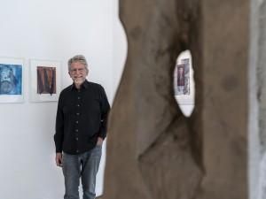 Heinrich Maas hinter einer Skulptur und vor seinen Drucken. ©Frank Dieper, Stadt Herne.