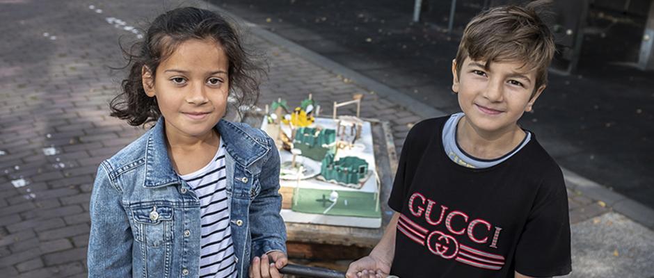 Dilara und Eyüp mit dem selbstgebastelten Spielplatzmodell. ©Thomas Schmidt, Stadt Herne