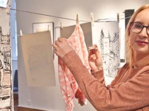 Kelterbaums Zeichnungen an der Wäscheleine. Kuratorin im Schloss ist Katrin Lieske. © Horst Martens, Stadt Herne