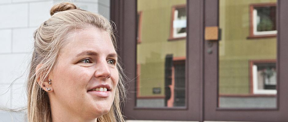 Marie Meinhardt vor dem Wanner Rathaus. ©Horst Martens, Stadt Herne.