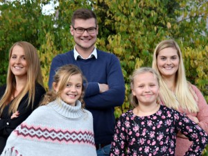 Prinzessin Mandy I., Kinderprinzession Leonie Gera, Prinz Sascha I. und die Adjudantinnen Dalisha Große-Beck und Lisa Klein.