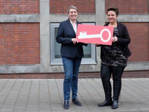 Veronika Hensing (rechts) übergibt den Schlüssel symbolisch an Sigrun Widmann. ©Nina-Maria Haupt, Stadt Herne