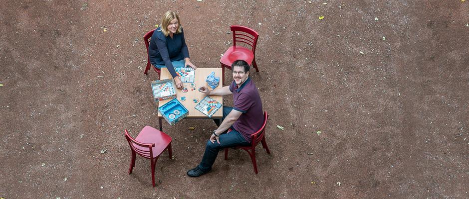 """Thomas Moder und Susanne Klaus haben bereits """"Ihren Tisch"""" und spielen """"AZUL"""", das Spiel des Jahres 2017. ©Thomas Schmidt, Stadt Herne"""